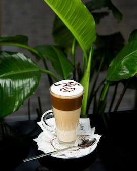 Café con leche en capas con letra arte de café con leche en la parte superior
