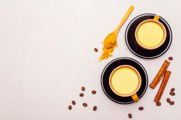 Café con leche y cúrcuma dorada