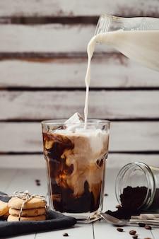 Café con leche helado. concepto de desayuno por la mañana