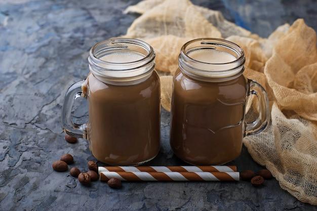 Café con leche en la jarra. enfoque selectivo