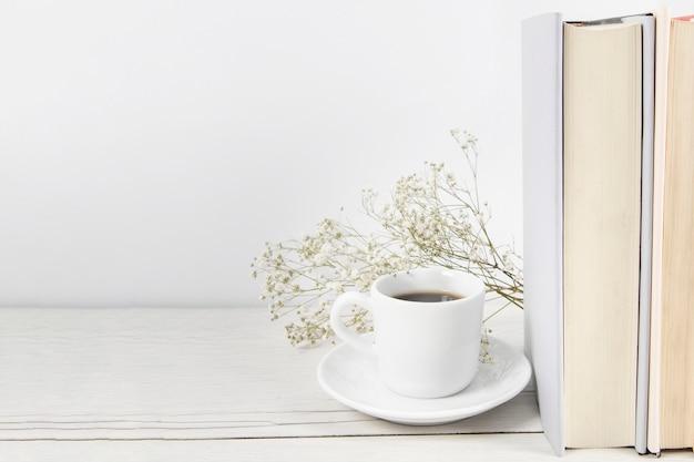 Café y libros con espacio de copia.