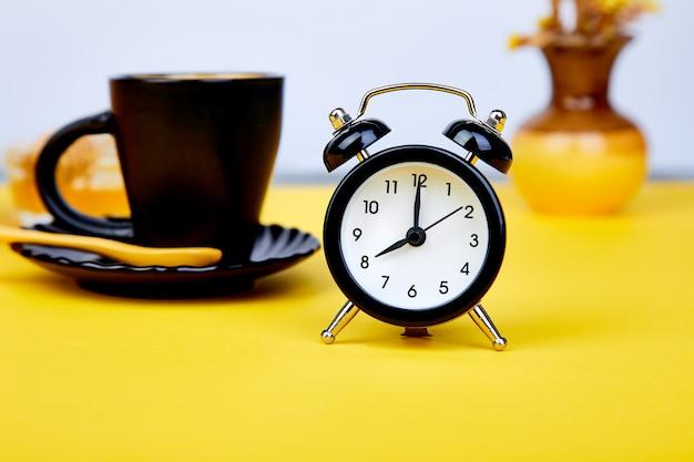 Café de la mañana, desayuno de granola, reloj despertador