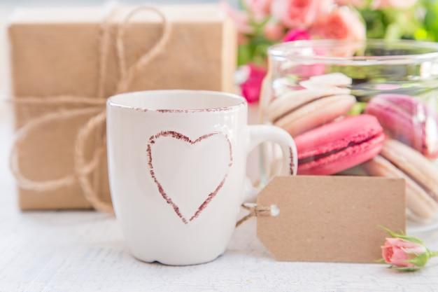 Café de la mañana con flores y macarrones. concepto del día de san valentín de mather.