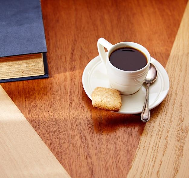 Café por la mañana con galletas en la mesa de madera