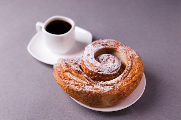 Café de la mañana y galletas