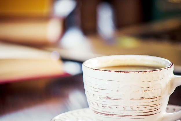 Café por la mañana en el lugar de trabajo. con un libro o laptop. enfoque selectivo