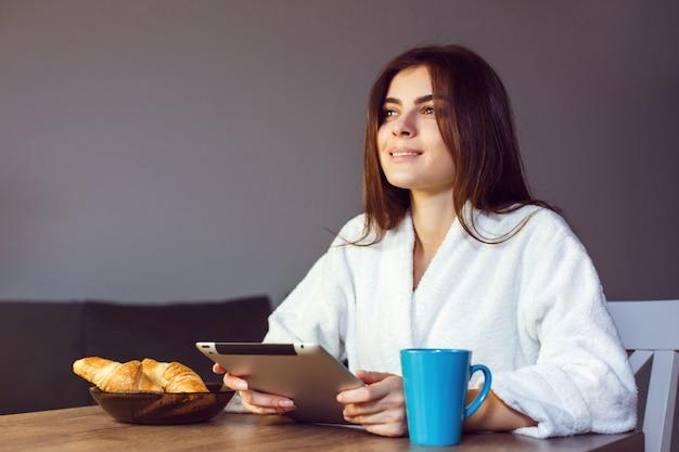 Café de la mañana con tablet pc