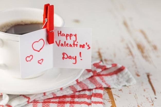 Café de la mañana con tarjeta de san valentín