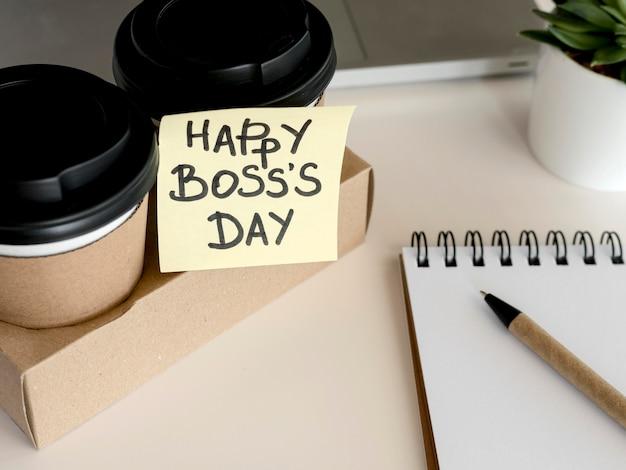 Café con mensaje de nota adhesiva feliz jefe dat