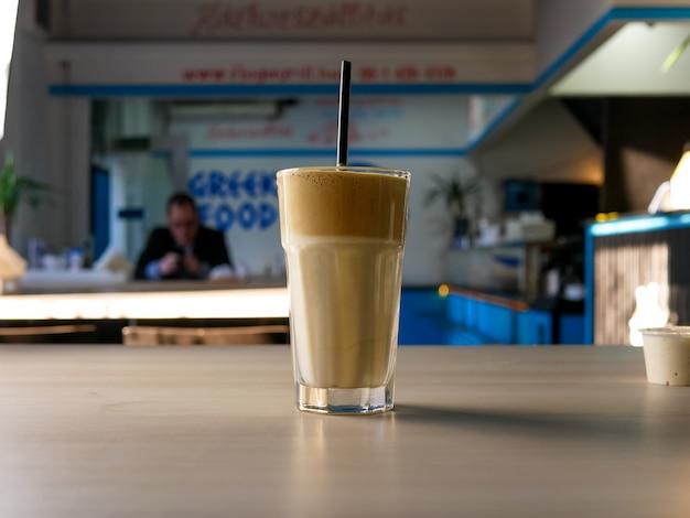 Café en una mesa de restaurante