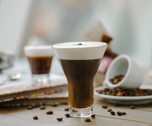 Café moca con crema, adornado con granos de café.