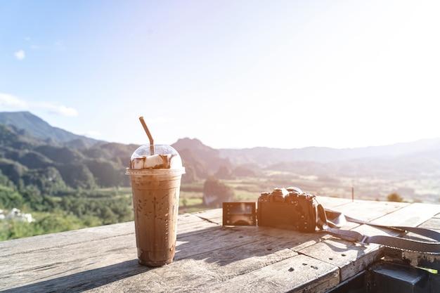 Café moka de hielo y vistas a la montaña en la luz del sol por la mañana
