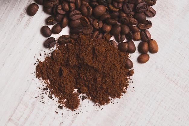 Café molido cerca de frijoles