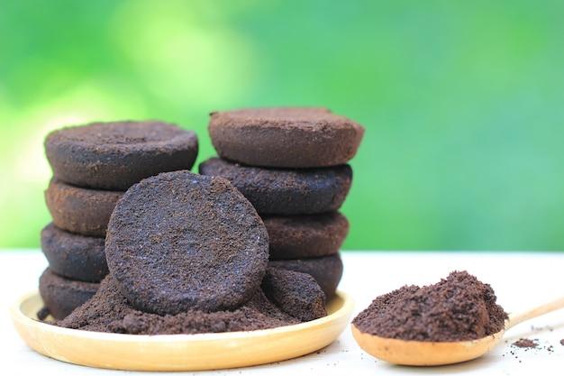 Café molido, el residuo de café se aplica al árbol y es un fertilizante natural.