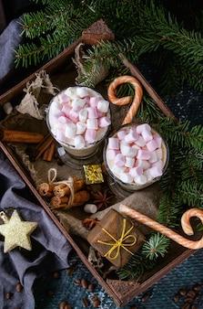 Café de navidad con leche con malvavisco