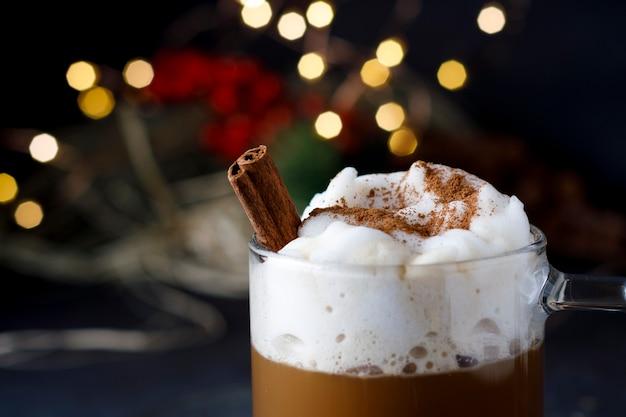 Café navideño con canela y espuma