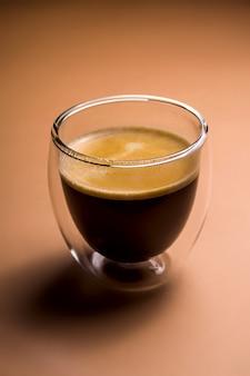 Café negro con espuma en tazas modernas sobre liso.