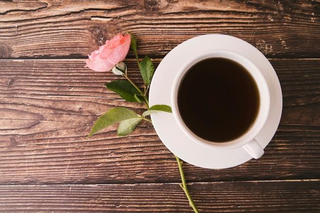 Café negro fresco de la visión superior en fondo de madera