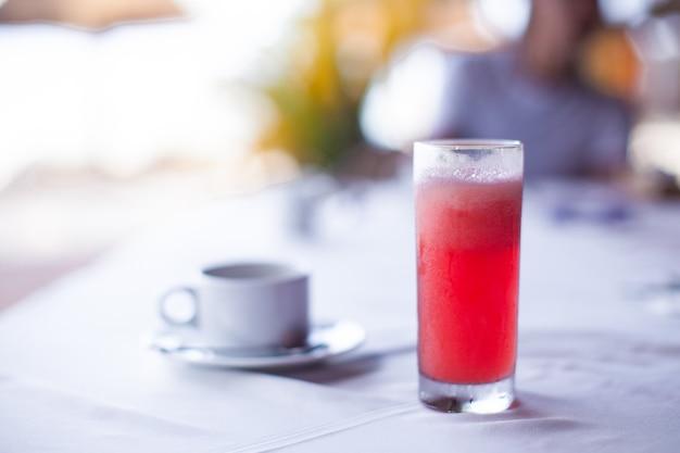 Café negro y jugo de sandía roja para el desayuno en una cafetería en el resort