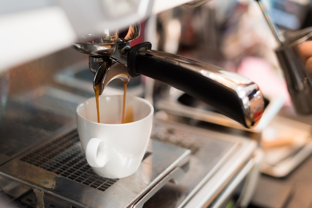 Café negro por la mañana en cafetera