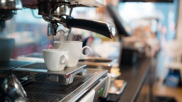 Café negro por la mañana en la máquina de café
