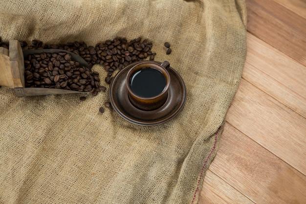 Café negro con pala y saco textil