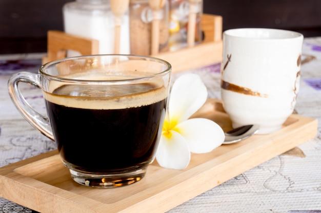 Café negro sobre vidrio