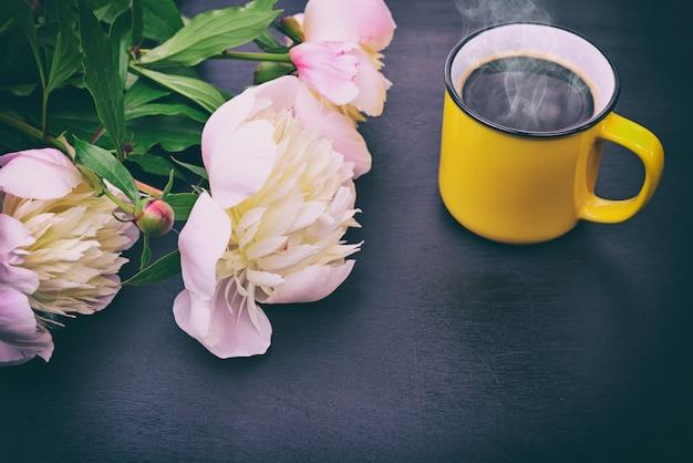 Café negro en una taza amarilla