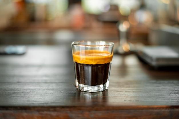 Café negro en tiro pequeño.