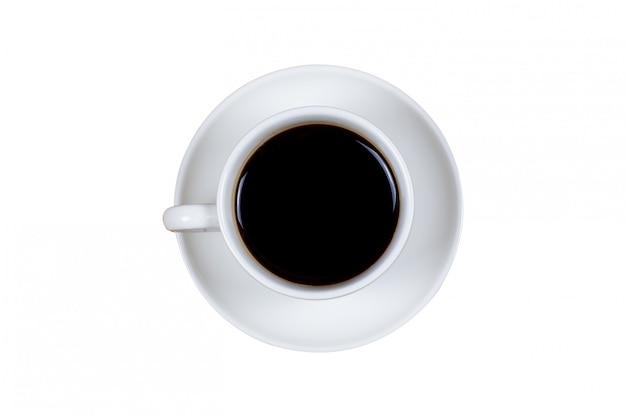Café negro en una vista superior de la taza de café aislado en blanco