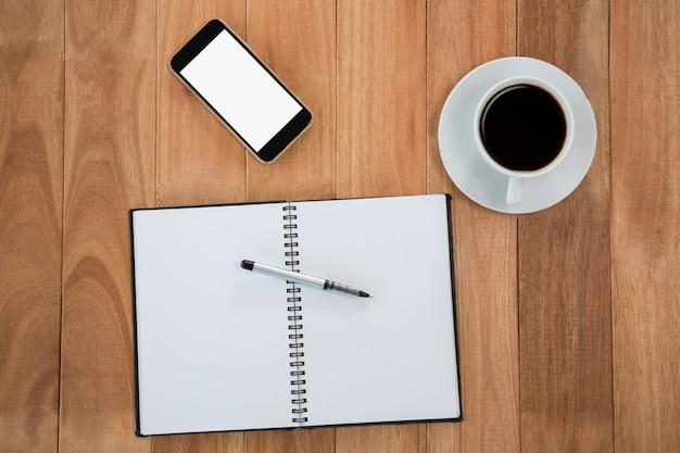 Café con organizador y teléfono móvil