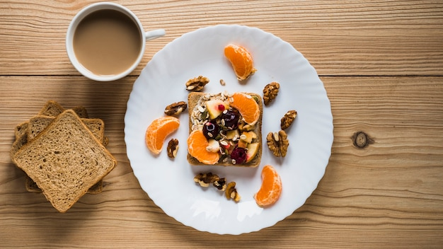 Café y pan cerca de tostadas de fruta