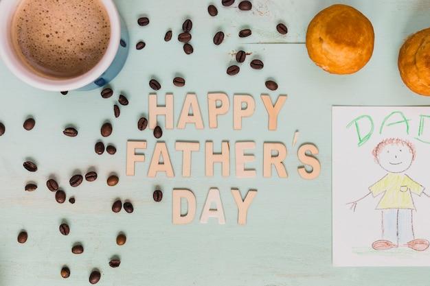 Café y pastelitos cerca de la escritura y el dibujo happy father's day