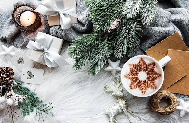 Café con patrón de copos de nieve y adornos navideños