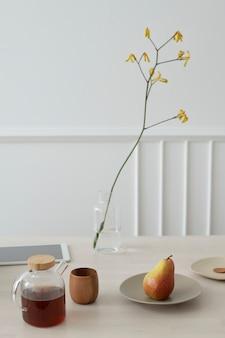 Café y pera en una mesa de madera