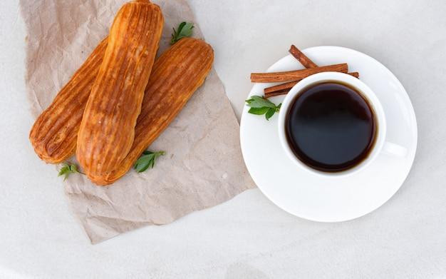 Café perfumado con canutillos en la cafetería de verano.