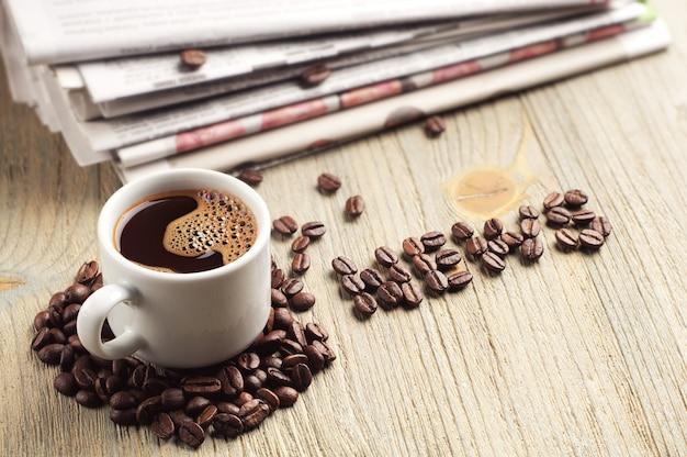 Café, periódico y la palabra noticias sobre la mesa de madera antigua