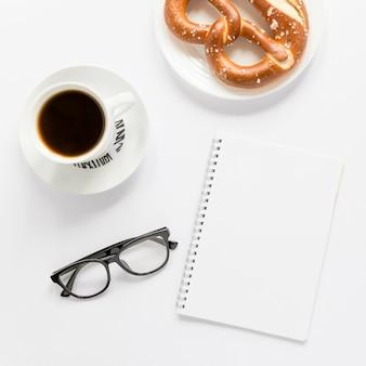 Café y pretzel para el desayuno.