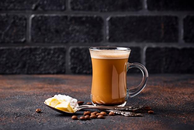 Café a prueba de balas. bebida cetogénica baja en carbohidratos
