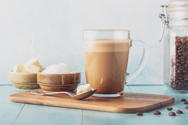 Café a prueba de balas, mezclado con mantequilla orgánica y aceite de coco mct, desayuno paleo, cetogénico, bebida cetogénica.