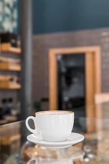 Café recién hecho en el mostrador de vidrio en el restaurante