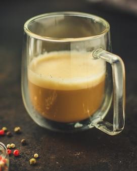 Café recién hecho en una taza blanca de bebida (grano de café)