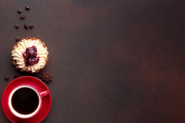 Café y sabroso pastel copia espacio