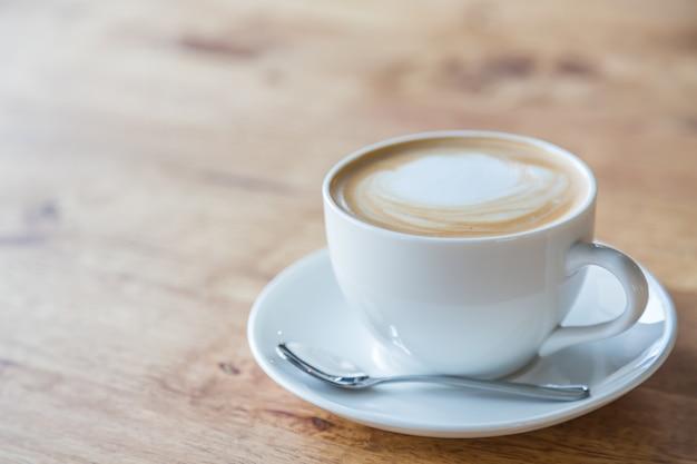 Café sabroso en una taza blanca