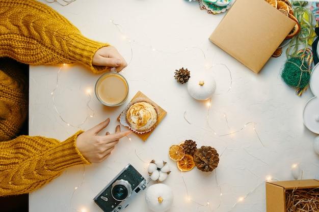 Café y tarta con crema sobre la mesa