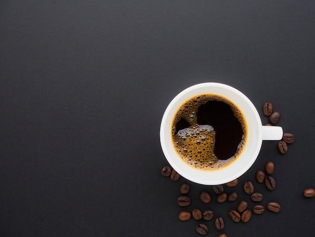 Café en una taza en granos de café.