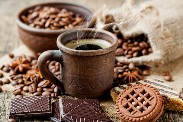 Café en una taza y platillo en un espacio antiguo.