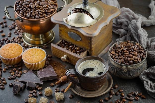 Café en una taza sobre un fondo antiguo