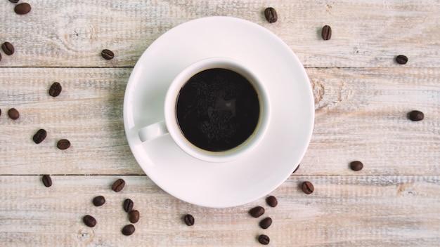 Café en una taza sobre la mesa. enfoque selectivo. naturaleza
