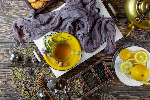 Café en una taza sobre una superficie vieja